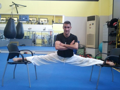 Alan Bacci, age 43, does hanging side split to show full recovery from pubalgia
